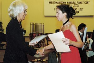 Evelina Borbei, laureate of the 1st prize, and offering their congratulations Adrianna Ponieska-Piekutowska.